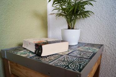 Upcycling Tisch mit Buch und Pflanze